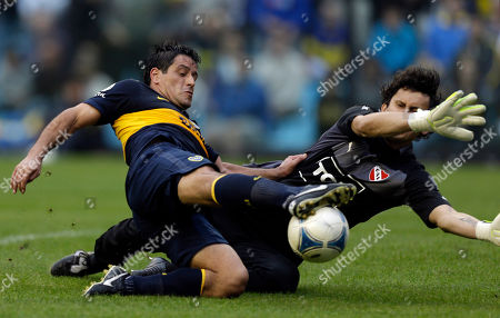Independiente's goalkeeper Hilario Navarro, right, and Boca Juniors' Diego Rivero battle for the ball during an Argentina's league soccer match in Buenos Aires, Argentina