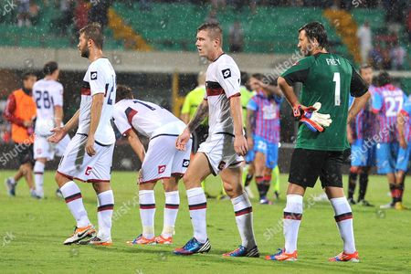 Genoa goalkeeper Sebastien Frey, of France, first from right, reacts with his teammates at the end of the Serie A soccer match between Catania and Genoa at the Angelo Massimino stadium in Catania, Italy