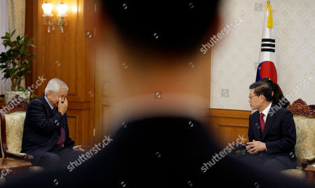 Kim Hwang-sik, Albert Del Rosario South Korean Prime Minister Kim Hwang-sik, right, talks with Philippine Foreign Affairs Secretary Albert Del Rosario as a security officer stands during their meeting at the Central Government Complex in Seoul, South Korea