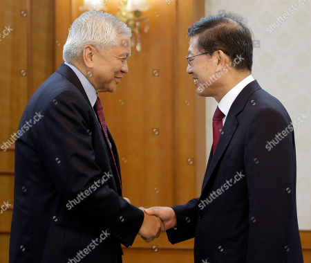 Kim Hwang-sik, Albert Del Rosario South Korean Prime Minister Kim Hwang-sik, right, shakes hands with Philippine Foreign Affairs Secretary Albert Del Rosario before their meeting at the Central Government Complex in Seoul, South Korea