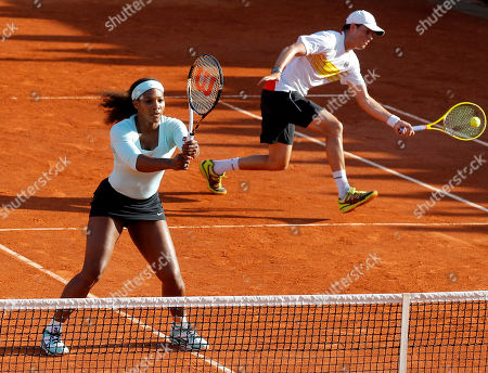 USA's Serena Williams, left, and Bob Bryan, right, play Argentina's Gisela Dulko and Eduardo Schwank during their first round mixed doubles match in the French Open tennis tournament at the Roland Garros stadium in Paris