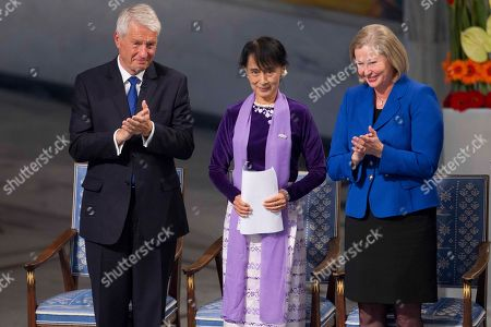 Aung San Suu Kyi, Thorbjorn Jagland, Kaci Kullmann Myanmar opposition leader Aung San Suu Kyi, center, receives the applause from the chairman of the Norwegian Nobel Committee Thorbjorn Jagland, left, and deputy chairwoman Kaci Kullmann Five after her speech at the Peace Nobel Prize lecture at the city hall in Oslo