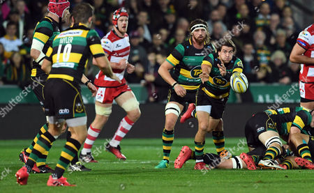 Northampton's Lee Dickson passes to Stephen Myler - Rugby Union - Aviva Premiership - round 5 - Northampton Saints V Gloucester Rugby - 28/10/16 - At Franklin's Gardens, Northampton UK. Photo Credit - Tom Dwyer/Seconds Left Images