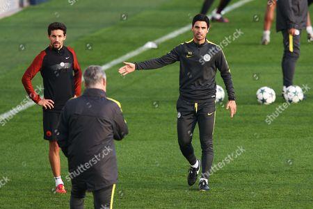 Manchester City coach Mikel Arteta gestures to Brian Kidd