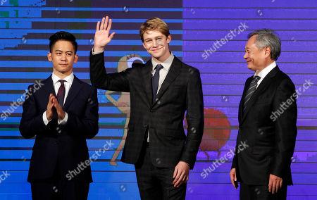 Ang Lee, Joe Alwyn, Mason Lee U.S actor Joe Alwyn waves between Taiwanese director Ang Lee, right, and Taiwanese-American actor Mason Lee during a media event to promote their new movie ''Billy Lynn's Long Halftime Walk'' in Taipei, Taiwan