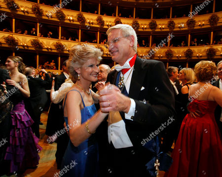 Anna Maria Corazza Bildt, Carl Bildt Anna Maria Corazza Bildt, left, dances with her husband Sweden's Foreign Minister Carl Bildt, right, during the traditional Opera Ball at the state opera in Vienna, Austria on