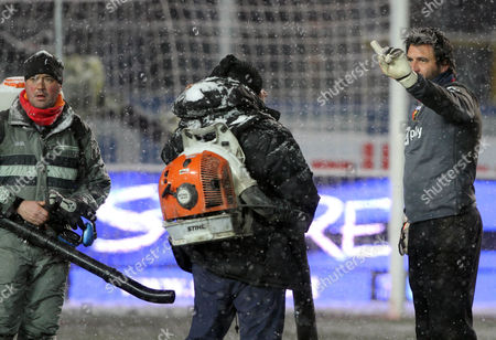 Sebastien Frey Genoa's French goalkeeper Sebastien Frey, right, gestures after the Serie A soccer match between Atalanta and Genoa was canceled due to inclement weather in Bergamo, Italy