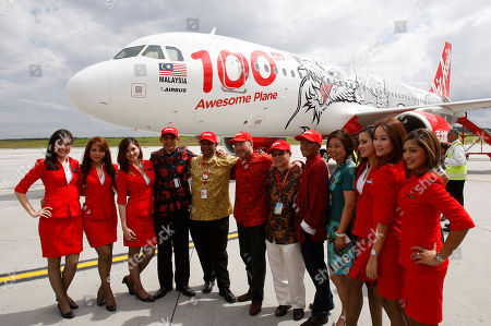 Tony Fernandes, Kamarudin Meranun, Azran Osman-Rani AirAsia Chief Executive Tony Fernandes, fifth from left, poses with his deputy Kamarudin Meranun, sixth from left, AirAsia X Chief Executive Azran Osman-Rani, fifth from right, and other officials in front of AirAsia's 100th Airbus A320 aircraft featuring a dragon livery at the Low Cost Carrier Terminal in Sepang, Malaysia
