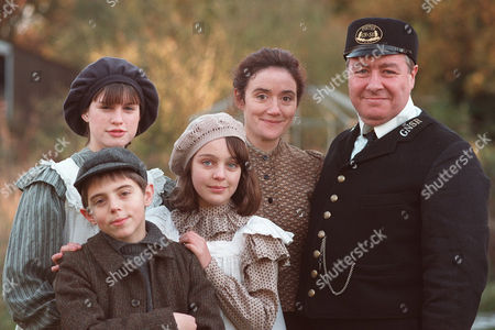 Stock Photo of 'The Railway Children' - 2000 Sophie Thompson and Gregor Fisher with Jemima Rooper, Clare Thomas and Jack Blumereau