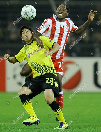 Olympiacos' Jean Makoun, right, and Dortmund's Shinji Kagawa of Japan challenge for the ball during the Champions League Group F soccer match between Borussia Dortmund and Olympiacos FC in Dortmund, Germany, Tuesday, Nov.1, 2011. Dortmund defeated Olympiacos with 1-0