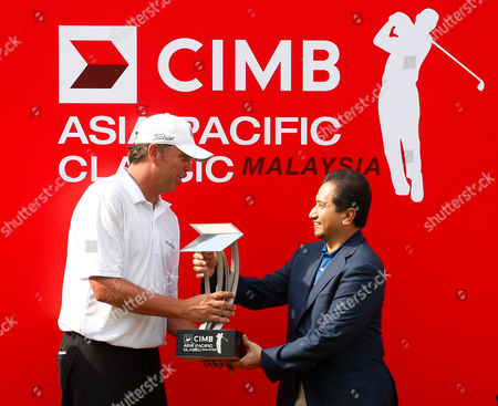 Bo Van Pelt, Mizan Zainal Abidin Bo Van Pelt, left, of the United States receives the trophy from Malaysian King Sultan Mizan Zainal Abidin during the prize presentation, after winning the Asia Pacific Classic Malaysia golf tournament at the Mines Resort & Golf Club in Kuala Lumpur, Malaysia