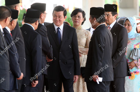 Truong Tan Sang, Mai Thi Hanh, Mizan Zainal Abidin, Nur Zahirah Vietnam's President Truong Tan Sang, center left, and his wife Mai Thi Hanh, center right, are accompanied by Malaysia's King Sultan Mizan Zainal Abidin, second from right, and Queen Nur Zahirah, right, as they are introduced to Malaysian cabinet ministers during a welcoming ceremony at the Parliament House in Kuala Lumpur, Malaysia, . Sang and his wife Hanh are on a three-day state visit to Malaysia