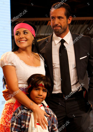 "Zuria Vega, Nicolas Chunga, Gabriel Soto Mexican actors Zuria Vega, left, Nicolas Chunga, center, and Gabriel Soto, right, part of the cast of the new soap opera ""Un refugio para el amor"" or ""A haven for love,"" the latest production of the Mexican TV network Televisa, pose for pictures during a presentation to the press in Mexico City"