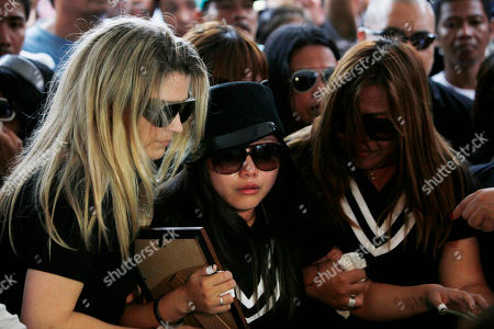 """Charice Pempengco, Raquel Pempengco Filipino singer Charice Pempengco, center, of the TV hit """"Glee"""", cries during interment of her estranged father Ricky Pempengco at a memorial park at Cabuyao township, Laguna province south of Manila, Philippines. Ricky Pempengco was stabbed to death in nearby San Pedro township early this week by Angel Capili Jr. who later surrendered to police and admitted his crime. At right is Charice's mother Raquel"""