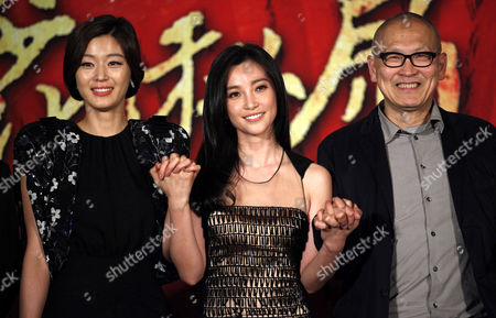 """Gianna Jun, Li Bingbing, Wayne Wang South Korean actress Gianna Jun, left, Chinese actress Li Bingbing, center, and Chinese American film director Wayne Wang, right, pose for the photographers during a press conference of a film """"Snow Flower and the Secret Fan"""" as part of the 14th Shanghai International Film Festival Sunday in Shanghai, China"""