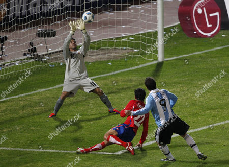 Argentina's Gonzalo Higuain, right, shoots unsuccessfully to score as Costa Rica's goalkeeper Leonel Moreira saves the ball during a group A Copa America soccer match in Cordoba, Argentina
