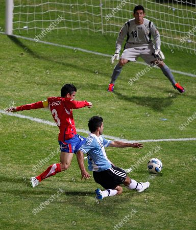 Argentina's Sergio Aguero, right, shoots the ball towards Costa Rica's goalkeeper Leonel Moreira without scoring as he fights for the ball with Costa Rica's Johnny Acosta during a group A Copa America soccer match in Cordoba, Argentina
