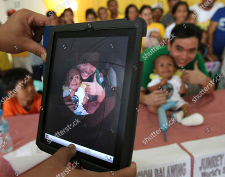"Junrey Balawing, Ryan Chua Ryan Chua, a local television reporter, has his picture taken with Junrey Balawing using his iPad after Balawing was officially declared ""the world's shortest living man"" by the Guinness World Records at Sindangan Municipal Hall, Sindangan township, Zamboanga Del Norte province in Southern Philippines, his 18th birthday and coincidentally the Philippines' Independence Day. Balawing was officially declared ""the world's shortest living man"" with a measurement of 23.5 inches (59.93 centimeters) dislodging Nepal's Khagendra Thapa Magar with a measurement of 26.4 inches"