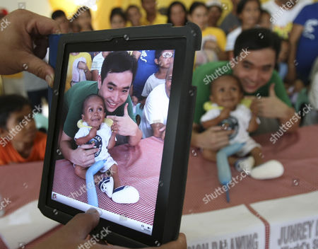 "Junrey Balawing, Ryan Chua Ryan Chua, a local television reporter, has his picture taken with Junrey Balawing using his iPad after Balawing was officially declared ""the world's shortest living man"" by the Guinness World Records at Sindangan Municipal Hall in Sindangan township, Zamboanga Del Norte province in Southern Philippines, on his 18th birthday and coincidentally the Philippines' Independence Day. Balawing was officially declared ""the world's shortest living man"" with a measurement of 23.5 inches (59.93 centimeters) dislodging Nepal's Khagendra Thapa Magar with a measurement of 26.4 inches (67 centimeters"