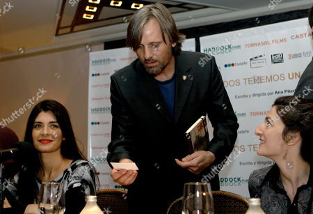 "Soledad Villamil, Viggo Mortensen, Ana Piterbarg Actors, Soledad Villamil, left, from Argentina, Viggo Mortensen, center, from U.S., and film director Ana Piterbarg, from Argentina, look on during a press conference to announce their new film ""Todos tenemos un plan"" in Buenos Aires, Argentina"