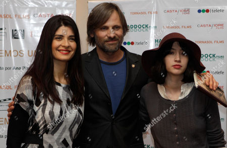 "Viggo Mortensen, Soledad Villamil, Sofia Gala Actors Viggo Mortensen, center, from U.S., Soledad Villamil, left, and Sofia Gala, both from Argentina, pose for pictures during a press conference to announce their new film ""Todos tenemos un plan"" in Buenos Aires, Argentina"
