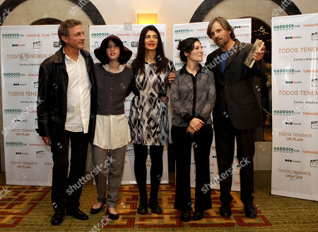 "Daniel Fanego, Argentina, Sofia Gala, Soledad Villamil, Viggo Mortensen, Ana Piterbarg Actors, Daniel Fanego, left, from Argentina, Sofia Gala, second from left, from Argentina, Soledad Villamil, center, from Argentina, Viggo Mortensen, right, from U.S., and film director Ana Piterbarg, from Argentina, pose for pictures during a press conference to announce their new film ""Todos tenemos un plan"" in Buenos Aires, Argentina"