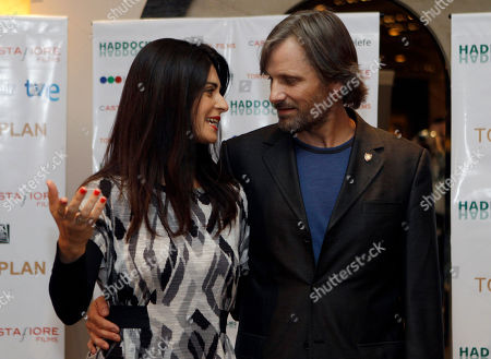 "Viggo Mortensen, Soledad Villamil Actors Viggo Mortensen, right, from U.S., and Soledad Villamil, from Argentina, speak as they pose for pictures during a press conference to announce their new film ""Todos tenemos un plan"" in Buenos Aires, Argentina"