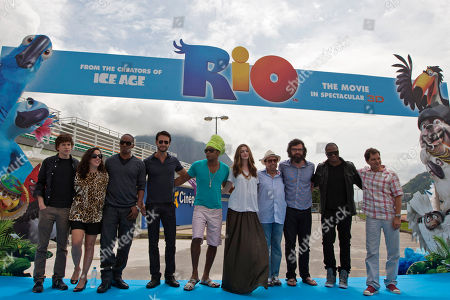 "Jesse Eisenberg, Bebel Gilberto, Jamie Foxx, Carlinhos Brown, Anne Hathaway, Sergio Mendes, Jemaine Clement, Taio Cruz, Carlos Saldanha Part of the ""Rio, the movie"" movie team, from left, actor Jesse Eisenberg, from U.S., singer Bebel Gilberto, from U.S., actor and singer Jamie Foxx, from U.S., actor Rodrigo Santoro, from Brazil, singer Carlinhos Brown, from Brazil, actress Anne Hathaway, from U.S., musician Sergio Mendes, from Brazil, actor and musician Jemaine Clement, from New Zealand, singer Taio Cruz, from England, and director Carlos Saldanha, from Brazil, pose for pictures after a press conference in Rio de Janeiro, Brazil"