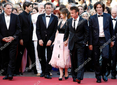Judd Hirsch, Paolo Sorrentino, Eve Hewson, Sean Penn, Liron Levo Director Paolo Sorrentino, second from left, arrives with actors, from left, Judd Hirsch, Eve Hewson, Sean Penn and Liron Levo for the screening of This Must be the Place at the 64th international film festival, in Cannes, southern France