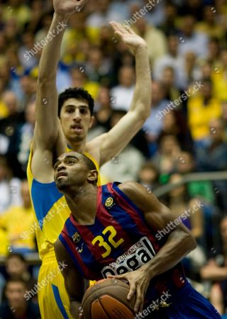 Alan Anderson, Lior Eliyahu Barcelona's Alan Anderson of U.S., front, goes to the basket past Maccabi Tel Aviv's Lior Eliyahu during a top 16 Euroleague basketball match in Tel Aviv, Israel
