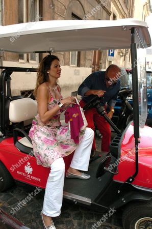 Luciana Morad and Marcelo Carvalho hiring a buggy to go sightseeing