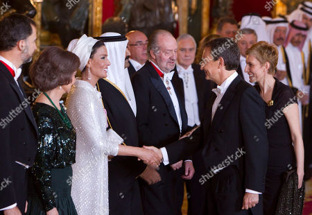 Jose Luis Rodriguez Zapatero, Juan Carlos, Sheik Hamad bin Khalifa Al-Thani, Sheika Mozah bint Nasser al-Missned, Sofia, Felipe, Sonsoles Espinosa Spain's Prime Minister Jose Luis Rodriguez Zapatero, 2nd right, shakes hands with Qatar's Emir wife Sheika Mozah bint Nasser al-Missned, 3rd left, in the presence of Spain's Prince Felipe, left, Spain's Queen Sofia, 2nd left, Spain's King Juan Carlos, center right, Qatar's Emir Sheik Hamad bin Khalifa Al-Thani, center left, and Sonsoles Espinosa, wife of Spain's Primer Minister, before their gala dinner at the Royal Palace in Madrid, on