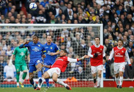 Arsenal's Kieran Gibbs, right front, goes for the ball with Leeds United's Sanchez Watt during their English FA Cup third round soccer match at Arsenal's Emirates stadium in London Saturday, Jan, 8, 2011. (AP Photo/Alastair Grant) ** NO INTERNET/MOBILE USAGE WITHOUT FOOTBALL ASSOCIATION PREMIER LEAGUE(FAPL)LICENCE. CALL +44