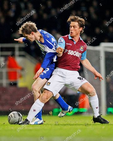 West Ham United's Scott Parker, right, vies for the ball with Birmingham City's Alexander Hleb during their English League Cup semi-final soccer match at West Ham's Upton Park Stadium in London, . (AP Photo/Kirsty Wigglesworth) NO INTERNET/MOBILE USAGE WITHOUT FOOTBALL ASSOCIATION PREMIER LEAGUE(FAPL)LICENCE. CALL +44