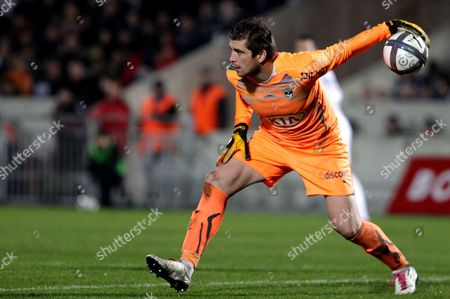 Cedric Carrasso Bordeaux's goalkeeper Cedric Carrasso prepares to throw the ball during his team's French League one soccer match against Lille in Bordeaux, southwestern France