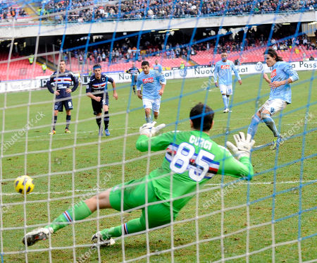 Sampdoria's goalkeeper Gianluca Curci vainly tries to save on a penalty kick by Napoli's Uruguayan striker Edinson Cavani, right, during a Serie A soccer match between Napoli and Sampdoria in Naples' San Paolo stadium, southern Italy