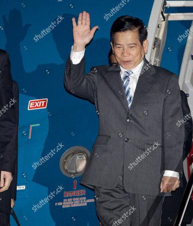 Nguyen Minh Triet Vietnamese President Nguyen Minh Triet waves upon arrival at Haneda international airport in Tokyo . Nguyen visited Japan to attend the APEC forum held in Yokohama this weekend