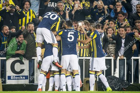 Fenerbahce celebrate the goal of Moussa Sow of Fenerbahce