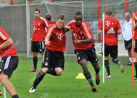 Sebastian Schweinsteiger,Edson Braafheid Sebastian Schweinsteiger, front left, and Edson Braafheid, front right, of the German soccer team Bayern Muenchen warm up during a training session in Munich, southern Germany, on