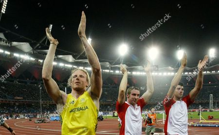 From left, Australia's Steve Hooker, England's Max Eaves, center, and England's Steven Lewis, right, applaud following the Men's Pole Vault final during the Commonwealth Games at the Jawaharlal Nehru Stadium in New Delhi, India