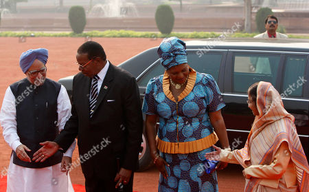Manmohan Singh, Bingu wa Mutharika, Pratibha Patil, Callista Mutharika Indian Prime Minister Manmohan Singh, left, shakes hands with Malawi President Bingu wa Mutharika, second left, as Indian President Pratibha Patil, right, shakes hands with First Lady of Malawi Callista Mutharika before a ceremonial reception at the Rashtrapati Bhawan or Presidential Palace in New Delhi, India, . Mutharika is on a six day State visit to India