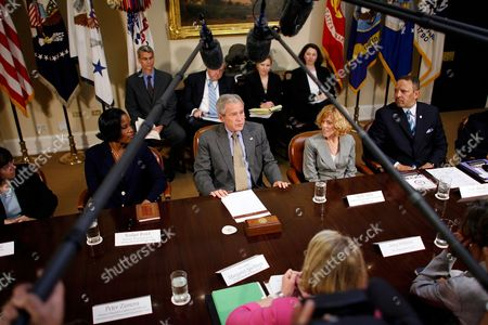 American President George W. Bush (C) is joined by (L-R) Dianne Piche, Roslyn Brock, Ricki Sabia and Marc Morial for a meeting on No Child Left Behind reauthorization in the Roosevelt Room at the White House