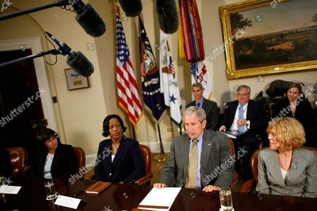 American President George W. Bush (2nd R) is joined by (L-R) Dianne Piche, Roslyn Brock and Ricki Sabia for a meeting on No Child Left Behind reauthorization in the Roosevelt Room at the White House