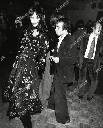 Singer Paul Simon dances with his girlfriend, actress Shelley Duvall, July 1978