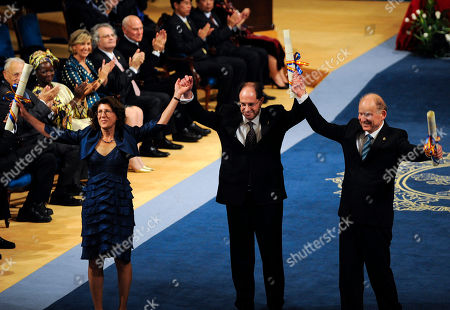 David Julius, Baruch Minke, Linda Watkins Neurobiologists David Julius, center, Baruch Minke, right, and Linda Watkins, left, acknowledge the crowd after receiving the 2010 Prince of Asturias Award for Technical and Scientific Research during a ceremony at Campoamor theatre in Oviedo, northern Spain, on