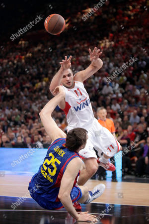 Juan Carlos Navarro, Patrick Beverley Regal FC Barcelona's Erazem Lorbek, left, challenges for the ball with Olympiacos Linas Kleiza, right, during their final of the Euroleague Final Four basketball championship at the Palais des Sports of Bercy, in Paris, . Barcelona won 86-68