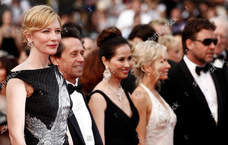 """Cate Blanchett, Brian Grazer, Danielle Spencer, Russell Crowe From left, actress Cate Blanchett, producer Brian Grazer, Chau-Giang Thi Nguyen, Danielle Spencer and actor Russell Crowe arrive at the premiere for the film """"Robin Hood"""", at the 63rd international film festival, in Cannes, southern France"""