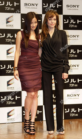 """Angelina Jolie, Meisa Kuroki U.S. actress Angelina Jolie, right, poses with Japanese actress Meisa Kuroki during a press conference to promote her spy action-thriller film """"Salt"""" in Tokyo"""