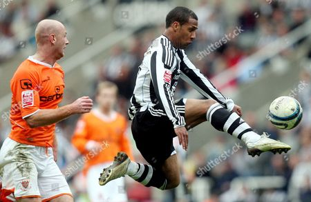 Newcastle United's Wayne Routledge, right, control's the ball ahead of Blackpool's Stephen Crainey, left, during their English League Championship soccer match at St James' Park, Newcastle, England, . (AP Photo/Scott Heppell) ** NO INTERNET/MOBILE USAGE WITHOUT FOOTBALL ASSOCIATION PREMIER LEAGUE(FAPL)LICENCE. CALL +44