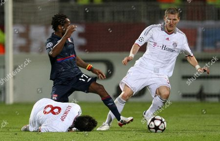 Jean II Makoun, Bastian Schweinsteiger Lyon's Jean II Makoun of Cameroon,left, fights for the ball with Bayern Munich's Bastian Schweinsteiger during their Champions League semifinal second leg soccer match between Lyon and Bayern Munich, in Lyon stadium, central France